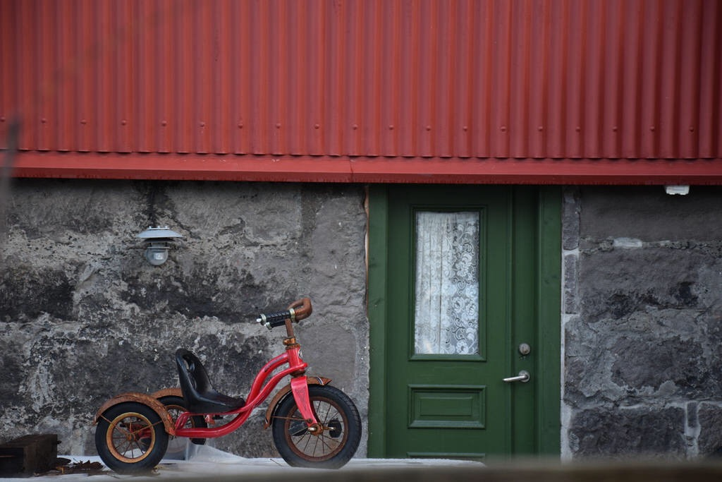 Triciclo en una de las casas de Reykjiavik.