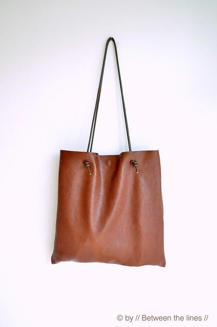 http://pm-betweenthelines.blogspot.fr/2013/06/simple-leather-bag-tutorial.html