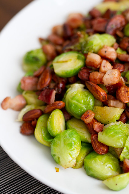 Rooskapsas, peekon ja mandel. Brussels sprouts, almonds and bacon.