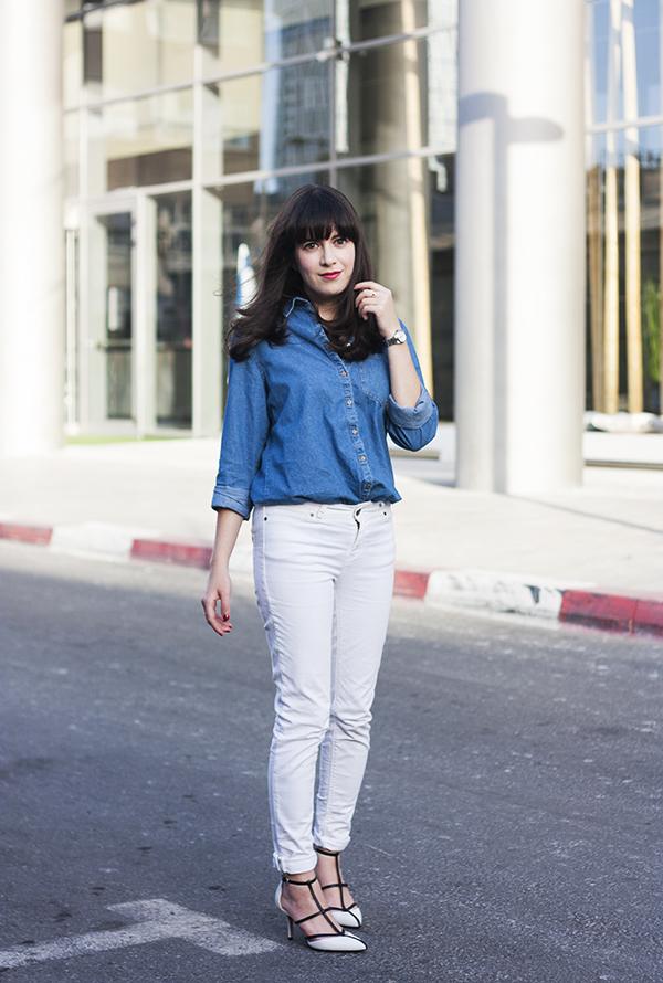 michael kors sahar pumps, white jeans, אפונה בלוג אופנה, נעליים מייקל קורס, ג'ינס לבן, חולצת ג'ינס, בלוג אופנה