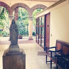 Una de las gracias del Edificio La Merced es dar a los patios de la Iglesia del mismo nombre #Santiago #Chile #architecture