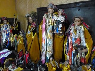 Figuras junto a Maximón en Santiago Atitlán (Guatemala)