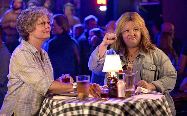 susan sarandon and melissa mccarthy sit at a bar table