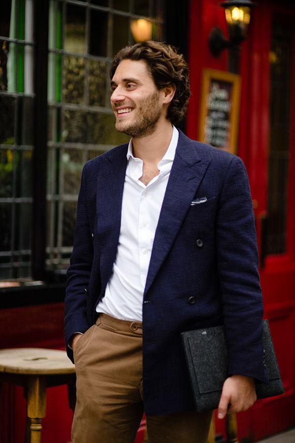 紺ダブルブレストジャケット×白シャツ×ライトブラウンパンツ