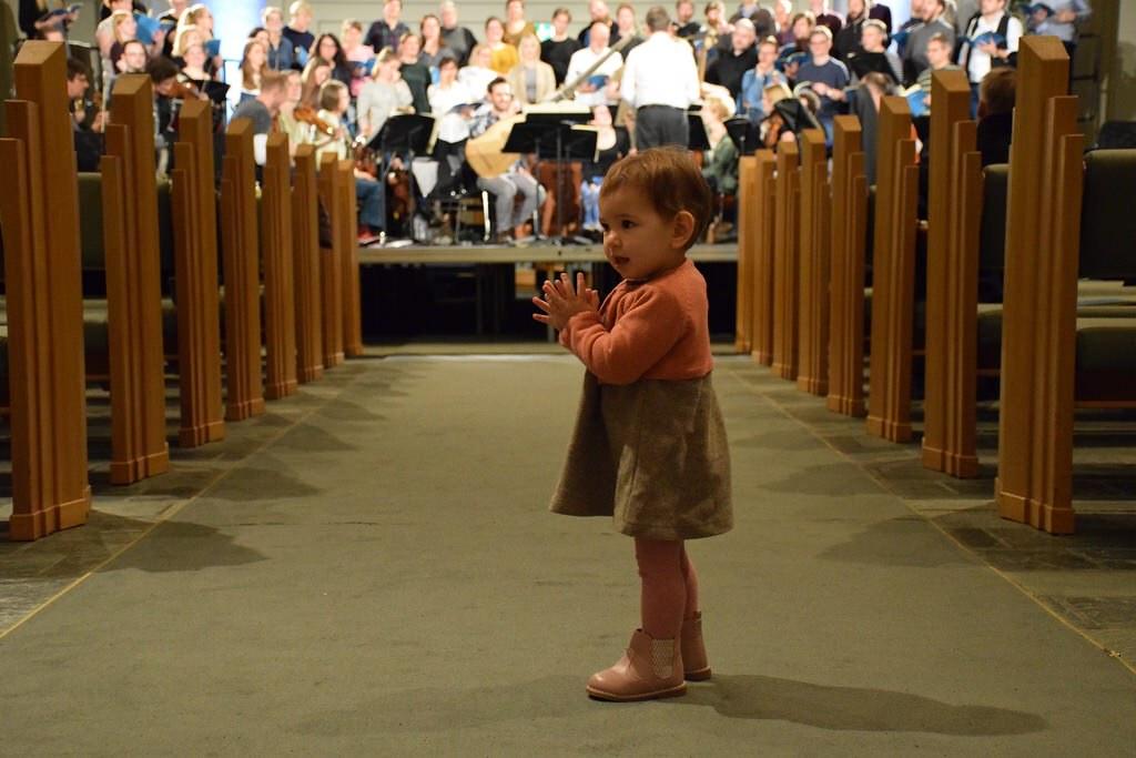 Eva bailando durante los ensayos de papá en la iglesia Hallgrímskirkja.