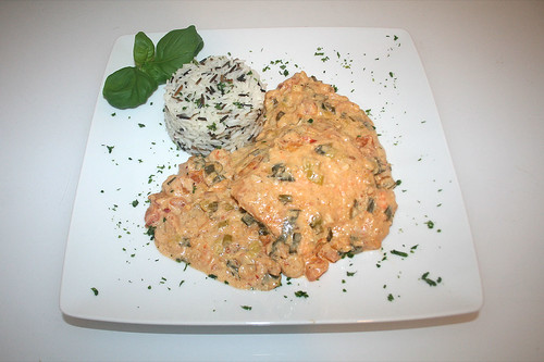 43 - Lachfilet in pikanter Krabben-Kokosmilchsauce - Serviert / Salmon filet in spicy shrimp coconut milk sauce - Served