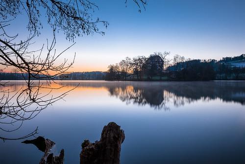 sea lake reflection castle sunrise dawn schweiz see twilight nikon outdoor tripod luzern palace lightreflection schloss sonnenaufgang morgen spiegelung sunup d800 mirroring blauestunde stativ morgenstimmung morningmood mauensee fernauslöser remotecontrolrelease