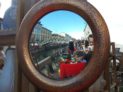 Lo specchio sfera sul serio Naviglio Grande by Ylbert Durishti