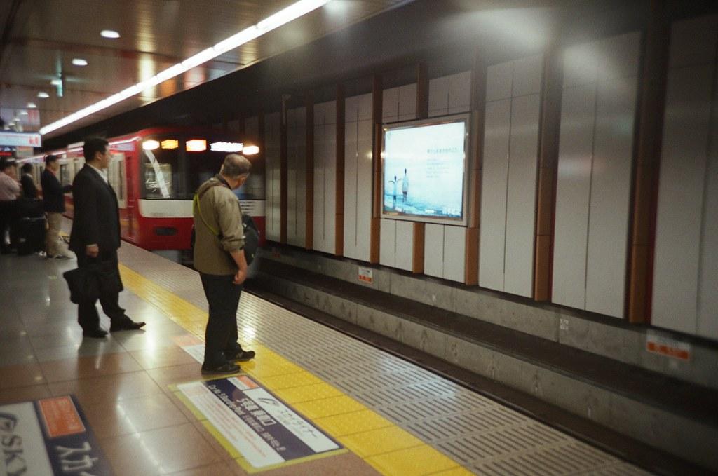 Tokyo, Japan / Fujifilm 500D 8592 / Lomo LC-A+ 每次這裡都讓我有點搞不清楚確切的上車月台,雖然地上指標寫的很清楚,但同一個月台卻看到兩種不同車種、不同長度的列車停靠指示,總是會讓人擔心不斷的確認。  但還好,這兩種列車只是速度不同而已,都是開往東京的列車。  Lomo LC-A+ Fujifilm 500D 8592 7394-0002 2016-05-21 Photo by Toomore