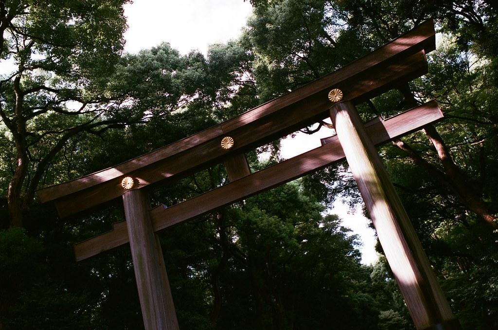 明治神宮 Tokyo, Japan / AGFA VISTAPlus / Nikon FM2 原來這個角度我拍過,難怪後來再去明治神宮都覺得好熟悉,然後又再拍一樣的一張。  不過這張是在夏天拍的。  Nikon FM2 Nikon AI AF Nikkor 35mm F/2D AGFA VISTAPlus ISO400 0996-0028 2015/10/02 Photo by Toomore