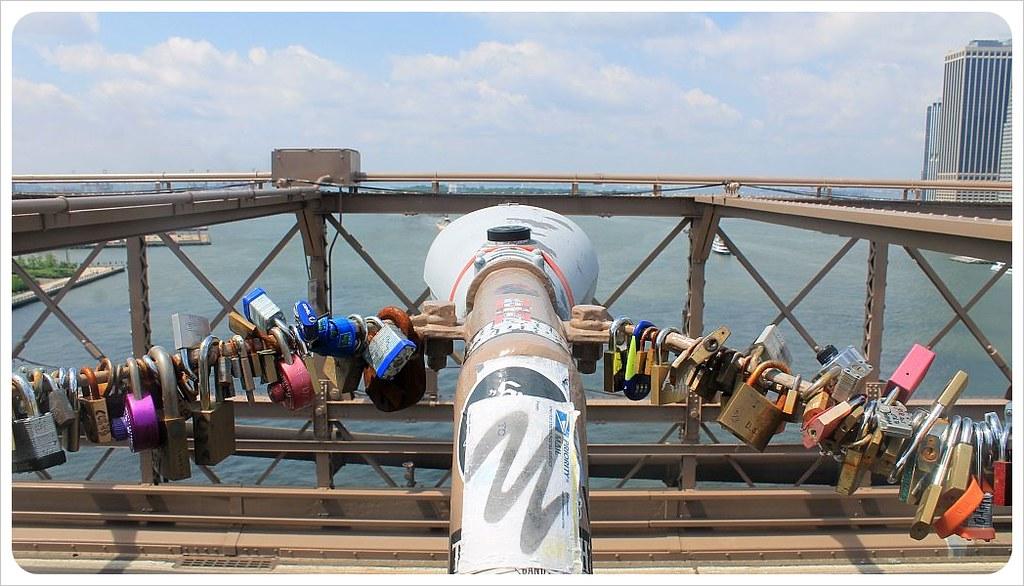 brooklyn bridge new york love locks lamp pole