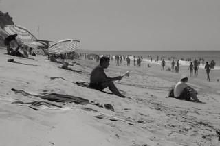 O homem que devorava livros lendo jornal, Algarve - (c) 2005