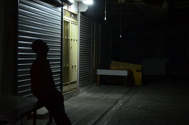 Calles comerciales de Estambul, solas, en la oscuridad