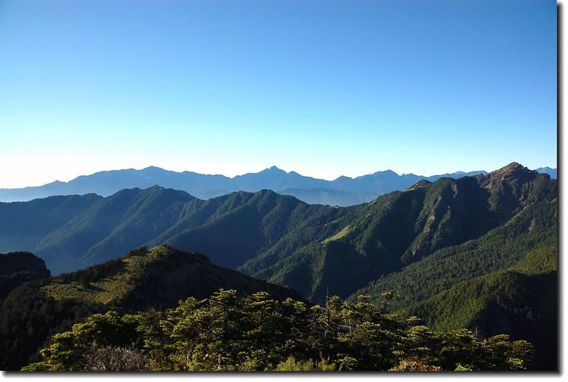 大霸尖山東南眺武陵四秀、北一段群峰