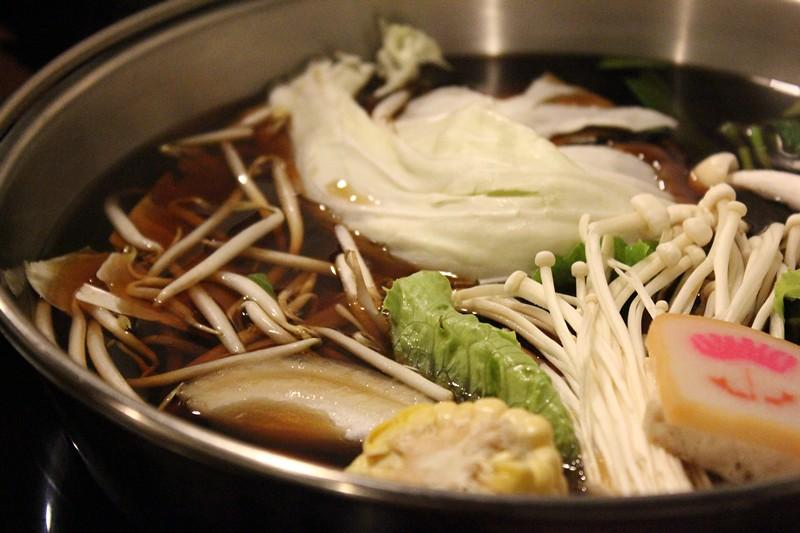 壽喜燒鍋,預設已經有一些火鍋料在裡頭