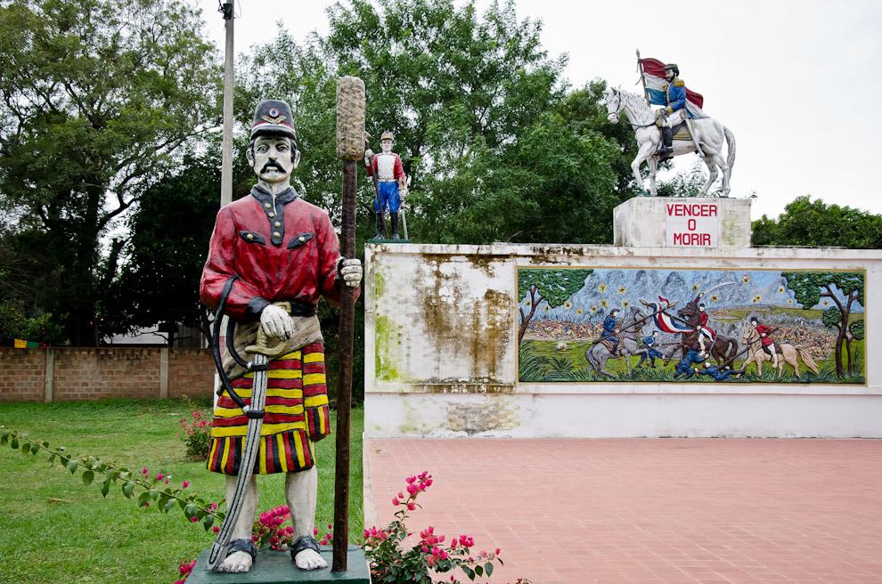 """En el anfiteatro municipal de Paso de Patria """"Mcal. Francisco Solano López"""", al lado mismo del Museo, se pueden ver coloridas estatuas relacionadas a los heroicos soldados de la Guerra de la Triple Alianza. (Elton Núñez)"""