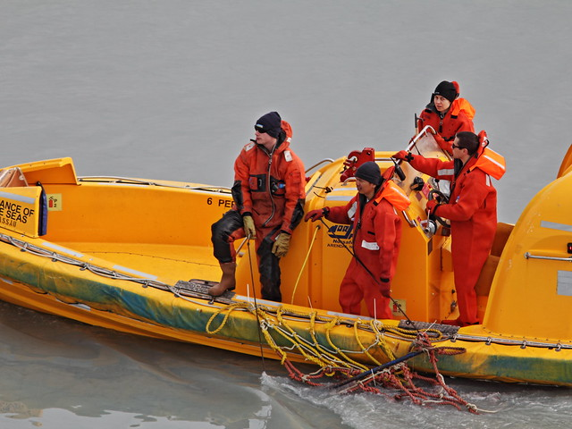 Crew collecting ice 20140619