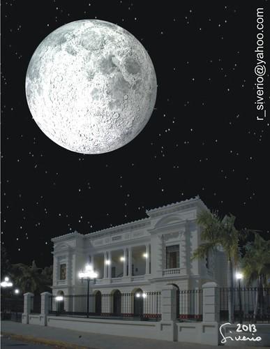 La Luna desde el Teatro Municipal. 10:00 pm by Niño Jesús