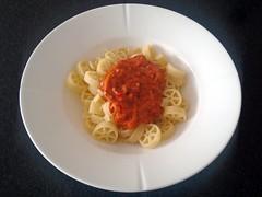 Pasta med tomat og kokosmælk sauce