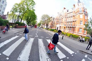 Cruzando la famosa calle Abbey Road que The Beatles hicieron grande abbey road - 11756437495 bf1984c66b n - Abbey Road de Londres, el paso de peatones más famoso