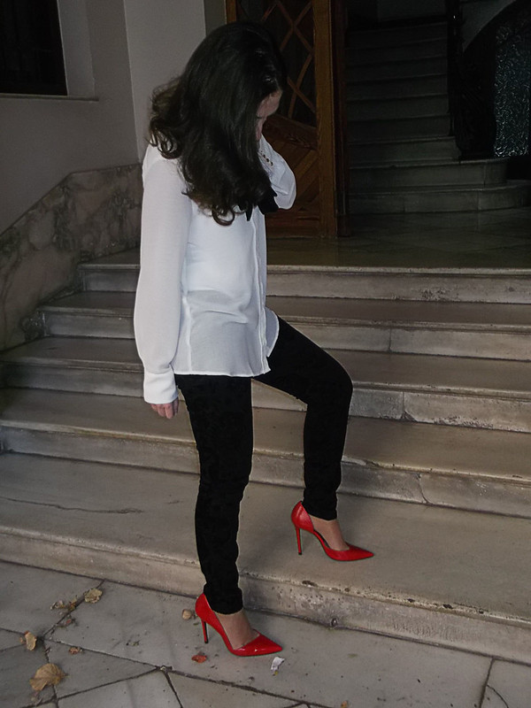 Esmoquin, blusa preppy blanca con lazada negra, pantalón pitillo negro brocado, blazer negro, stilettos rojos, bolso tricolor blanco, rojo y negro, suit outfit, preppy white blouse with black bow, black brocade skinny pants, black blazer, red stilettos, tricolour bag black, white and red, Mango, Zara
