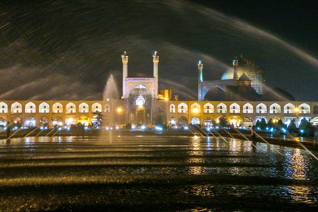 Fountain and illuminated Shah mosque in the night, Imam square, Isfahan イスファハン、イマーム広場、王のモスクと噴水