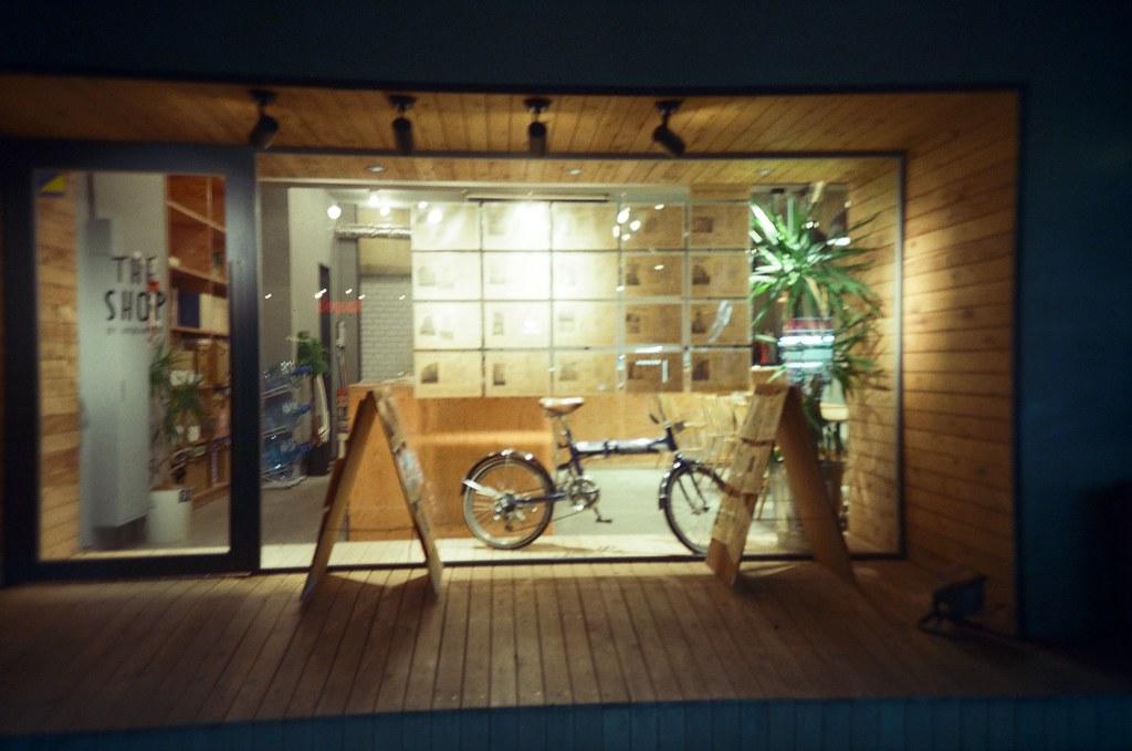 代官山 Tokyo, Japan / KODAK 500T 5219 / Lomo LC-A+ 沒印像這是在哪裡拍的,好像是去完蔦屋書店後、走去惠比壽的路上拍的。  注意看喔,他其實是房屋仲介公司,店面裝潢的很有格調!  Lomo LC-A+ KODAK 500T 5219 V3 7393-0002 2016-05-21 Photo by Toomore