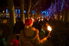 sam, 03/12/2016 - 21:44 - La Marche aux flambeaux, dans le cadre du Téléthon, a cheminé, comme il est de tradition, de la Cité médiévale à la place Carnot, ce 3 décembre 2016.