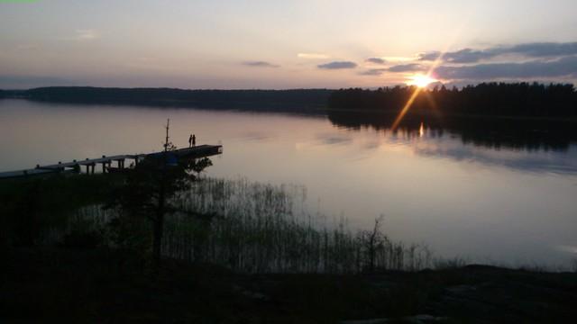 Dos personas a punto de saltar al lago en Midsummer
