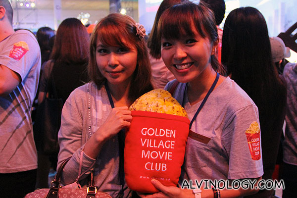 Mr Popcorn with two pretty bloggers, Regina and Grace