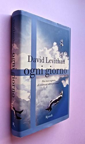 David Levithan, ogni giorno. Rizzoli 2013. Progetto grafico di copertina © Adam Abernethy. Dorso e prima di sovracoperta (part.), 1