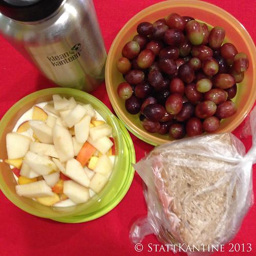 StattKantine 16.10.2013 - Belegte Brote, Trauben, Joghurt