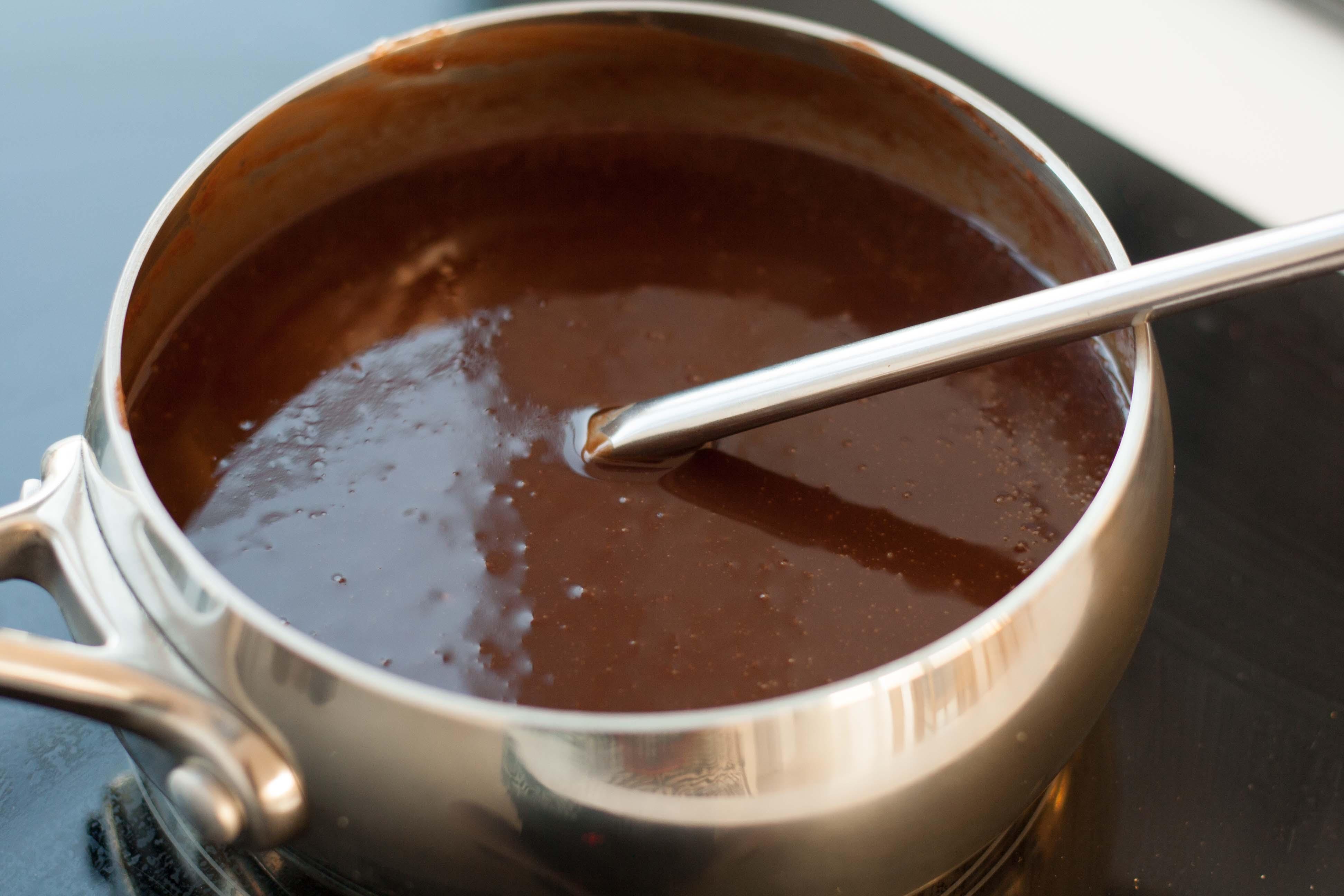 Opskrift på lækker Chokolade/nougatkage med hele hasselnødder