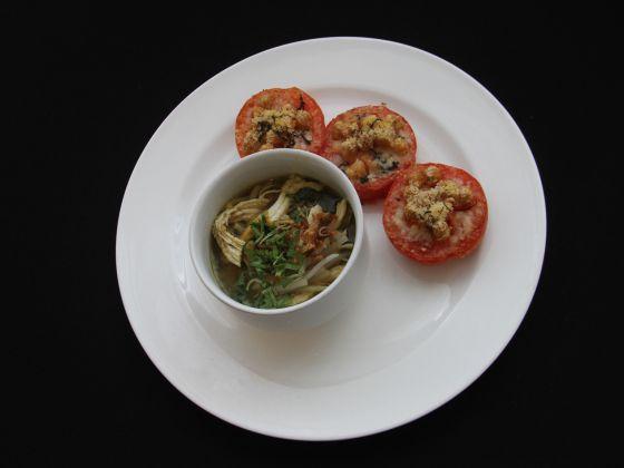 Mee Soto ăn kèm cà chua nướng phomat và đậu gà. (Ảnh: Jaslin Goh)