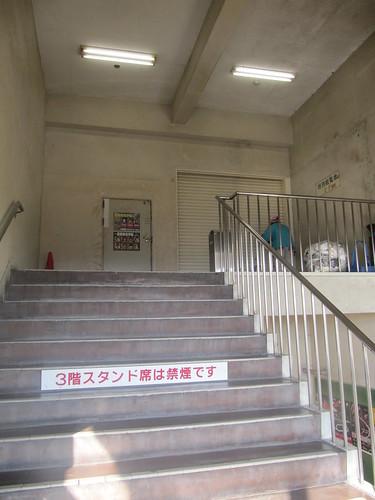 金沢競馬場の階段の扉
