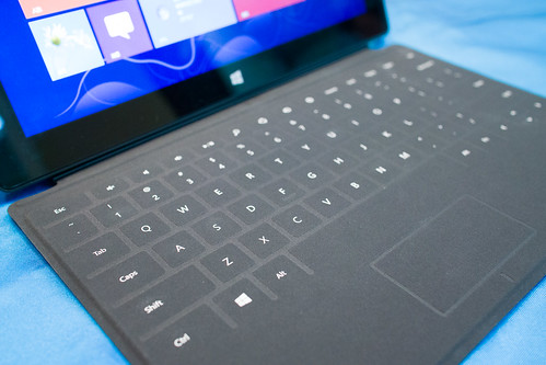 聽說這可拆式鍵盤是隨機送的, 薄薄的能充當保護蓋