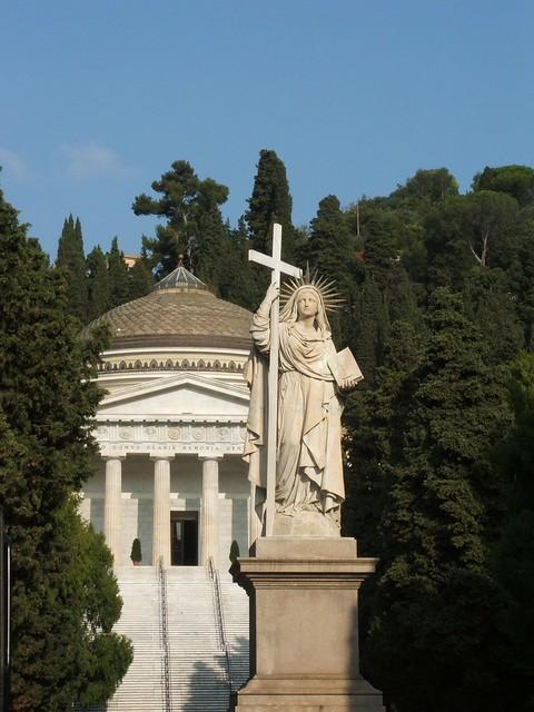 Genova_-_Cimitero_di_Staglieno_-_Statua_della_Fede_e_Pantheon
