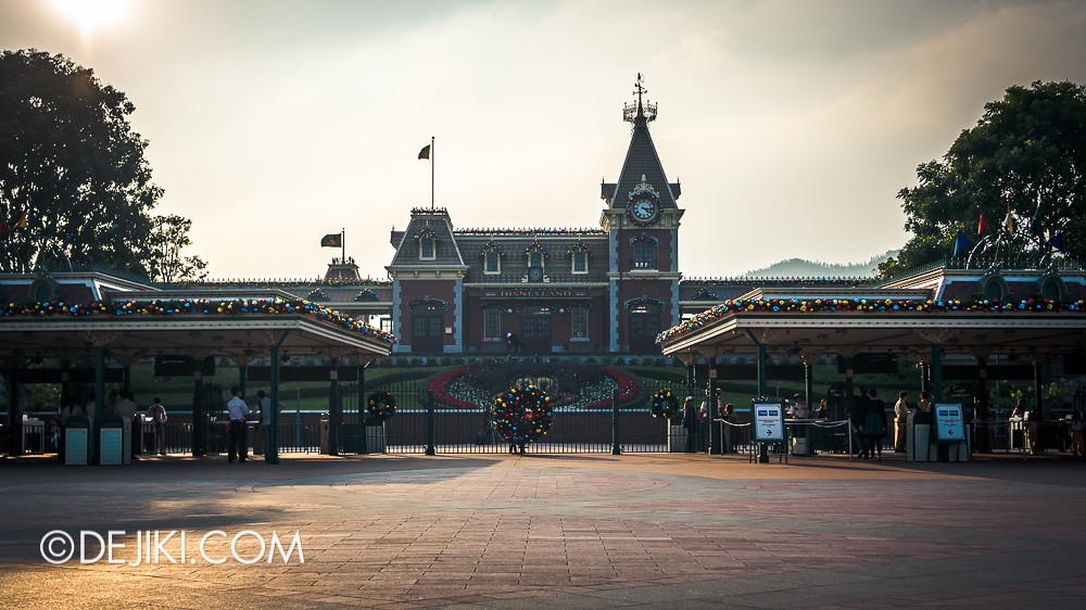 HKDL - Main Street USA Christmas Town - Park Entrance