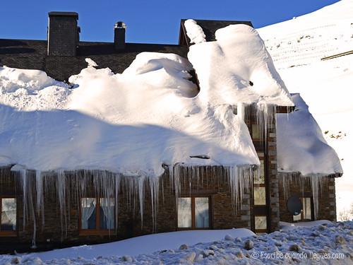 Otro de los numerosos tejados cubiertos de hielo y nieve