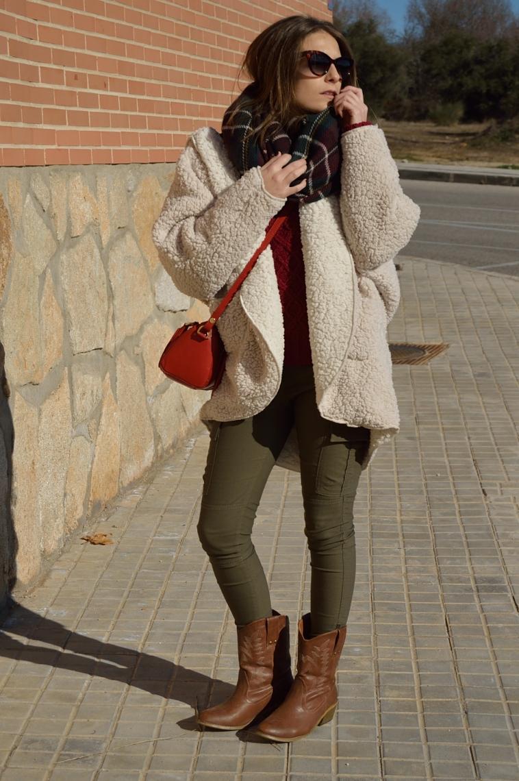 lara-vazquez-madlula-streetstyle-fashion-green-burgundy-christmas-look-red-bag-cat-sunglasses