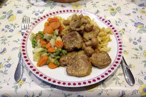 Lendentopf vom Schwein mit Champignons mit Kaisergemüse & Kartoffelnudeln / Pork loin with mushrooms, vegetables & potato noodles