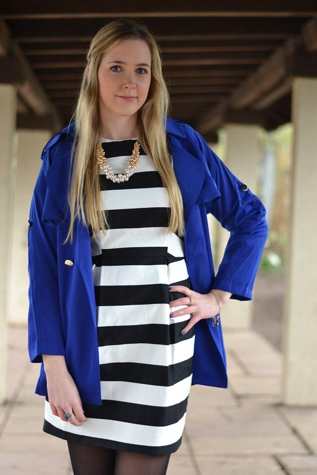 Outfit gestreiftes Kleid und blaue Jacke (7)