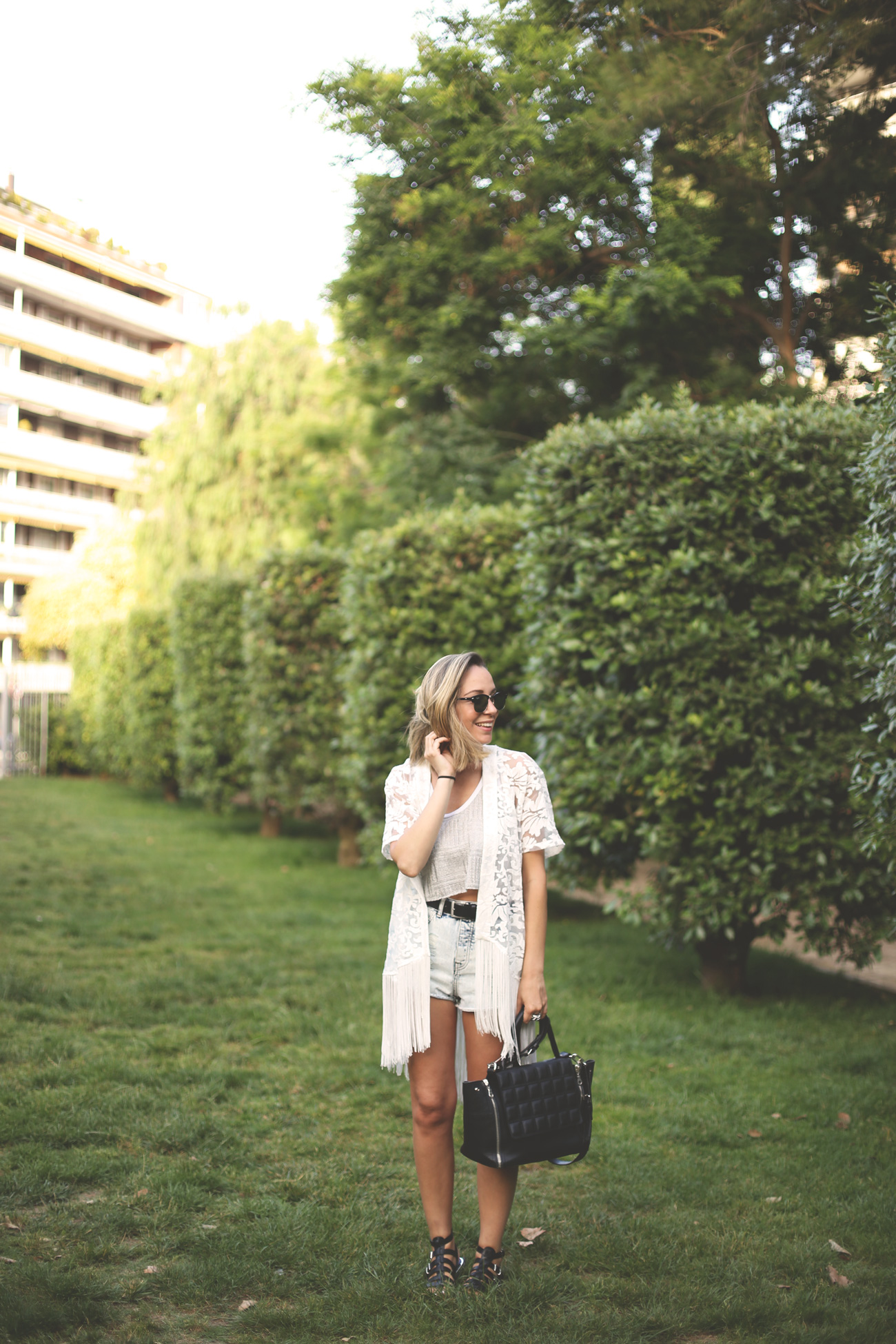 Urban look, spring outfit, fringed, ripped shorts, high waist, silver top cropped top, sandals, diechmann