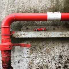 Niños. Nunca dejamos de serlo. Hasta en los lugares más insólitos emerge el #niño que somos. #juguete #cochecito #diecast #hidrante #industria #rincon #guiño