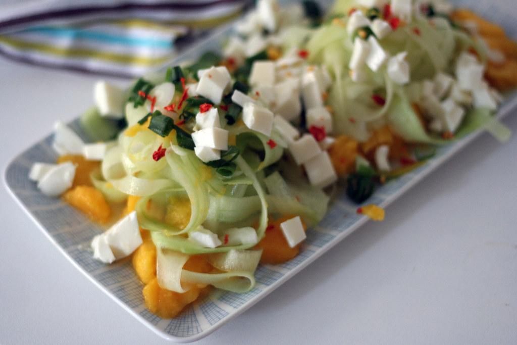 mango-gurken-salat mit mozzarella & chili