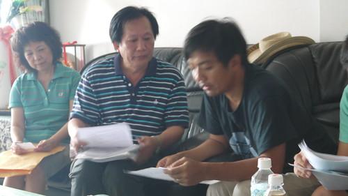 王楊興旺帶著大疊文件,也有滿腹委屈要說(右為羅永清)