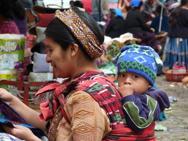 Mujer y niño en el mercado de Almolonga