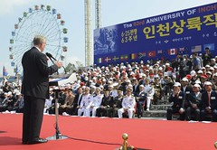 U.S. Marine Corps Colonel (ret) Warren Wiedhahn describes his personal recollections of the Inchon landing operation during a ceremony marking the 63rd anniversary. (U.S. Navy photo by Mass Communication Specialist 1st Class Joshua Bryce Bruns)