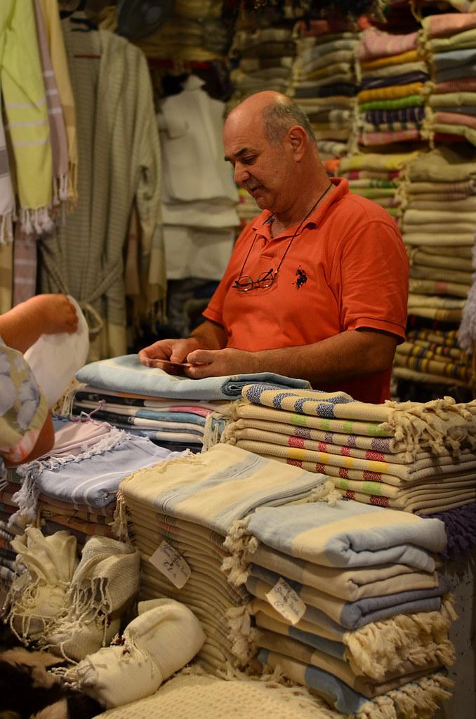 Vendiendo telas en el mercado de Estambul