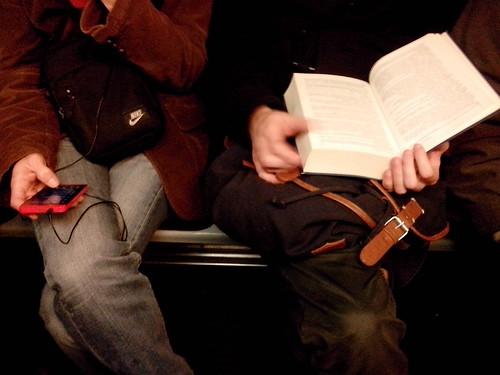 Un smartphone più un libro by Ylbert Durishti